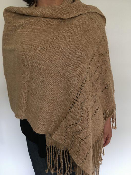 chal_beige_modelo2_encaje_shawl_1