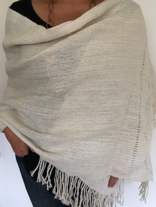 chal_alpaca_blanco_modelo1_wool_shawl