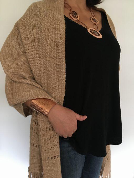 chal_beige_modelo1_encaje_shawl_1